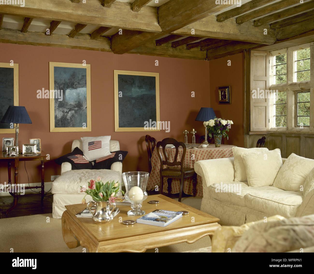 Land Wohnzimmer mit Holzbalkendecke, komfortabler Sitzbereich ...