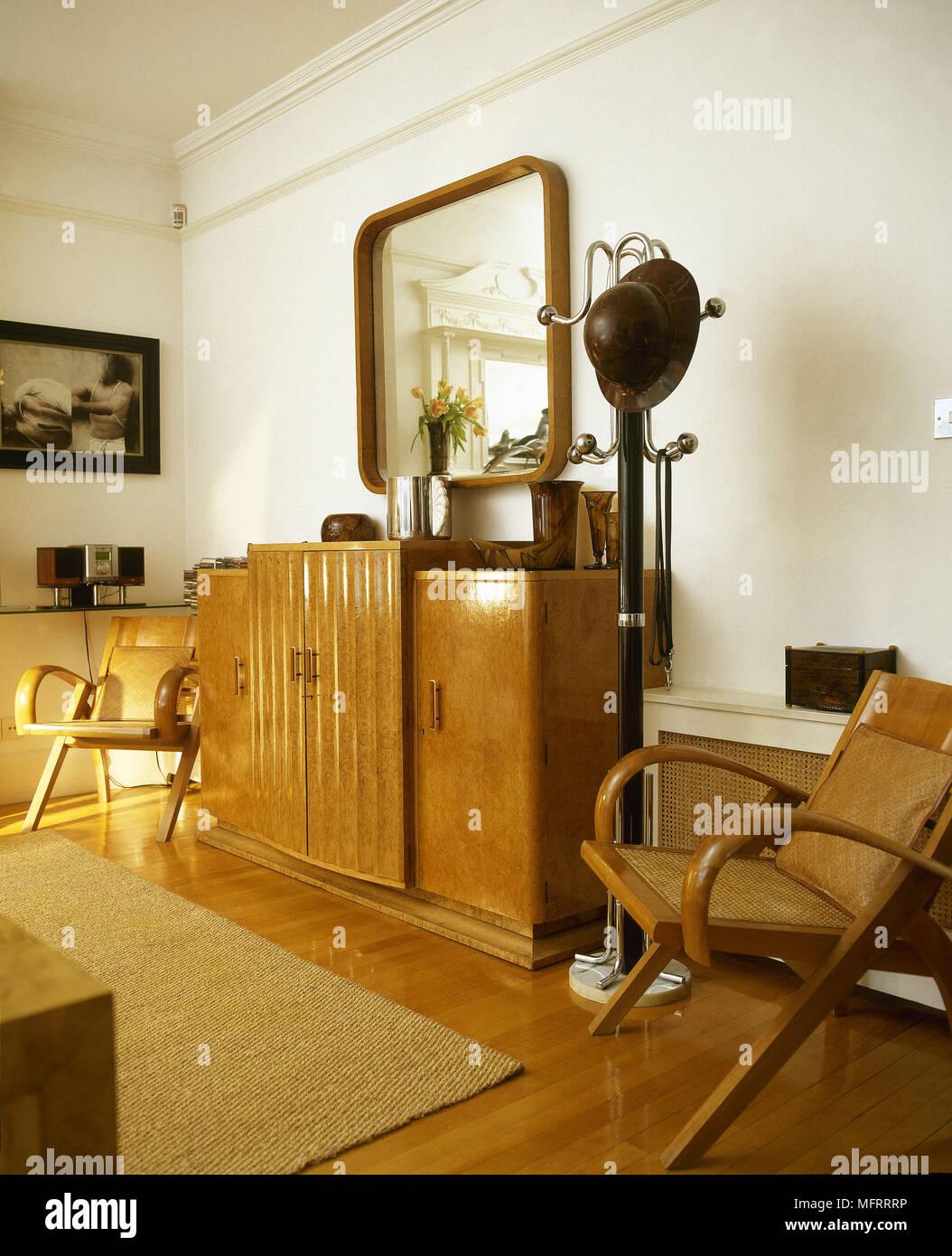 Art-déco-Stil eingerichteten Wohnzimmer mit Parkettboden und ...