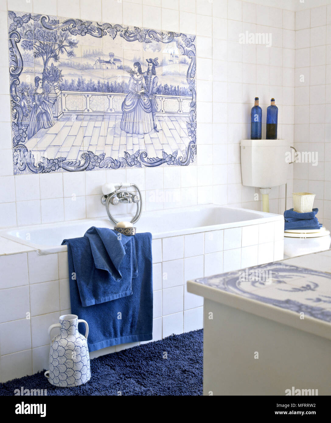 Blau Und Weiss Gefliest Dekorative Verkleidung Uber Badewanne Stockfotografie Alamy