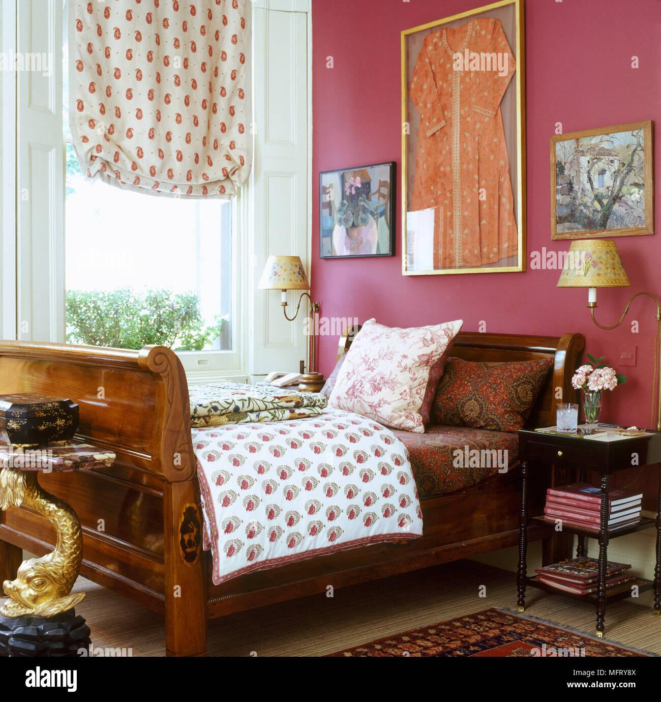 Ein Detail einer traditionellen roten Schlafzimmer mit Holz ...