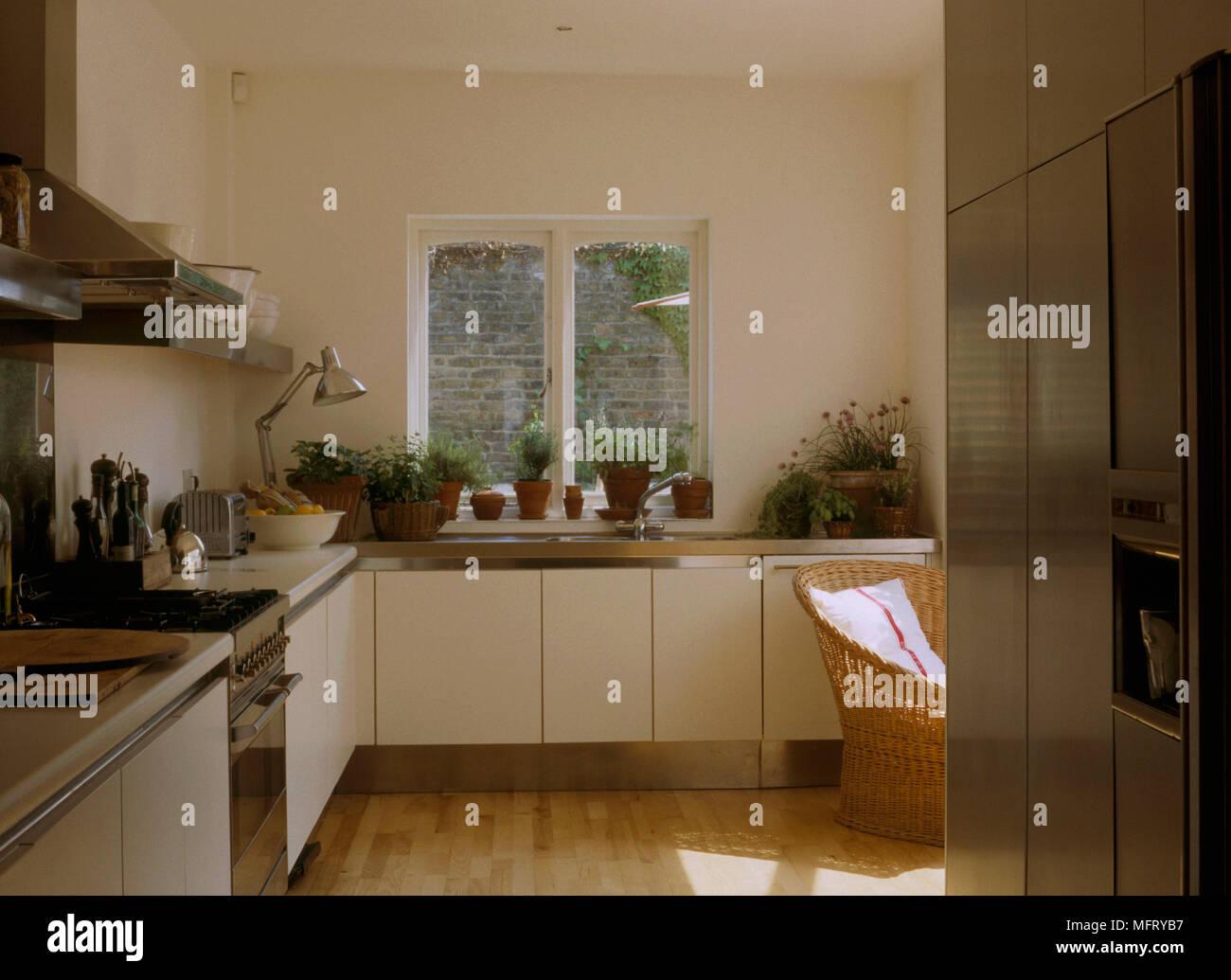 Eine Moderne Kuche Mit Weissen Einheiten Holz Fussboden Fenster