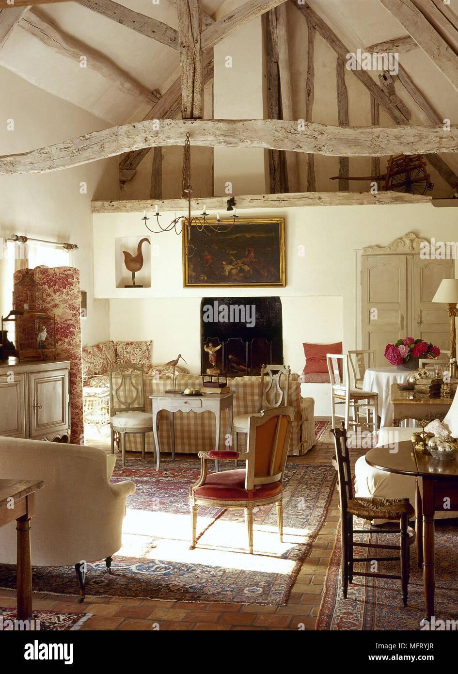 franzosische rustikalen bauernhaus wohnzimmer dachbalken stein tisch stuhle einrichtung zimmer ausgesetzt antiquitaten antike mobel fliesenboden truss