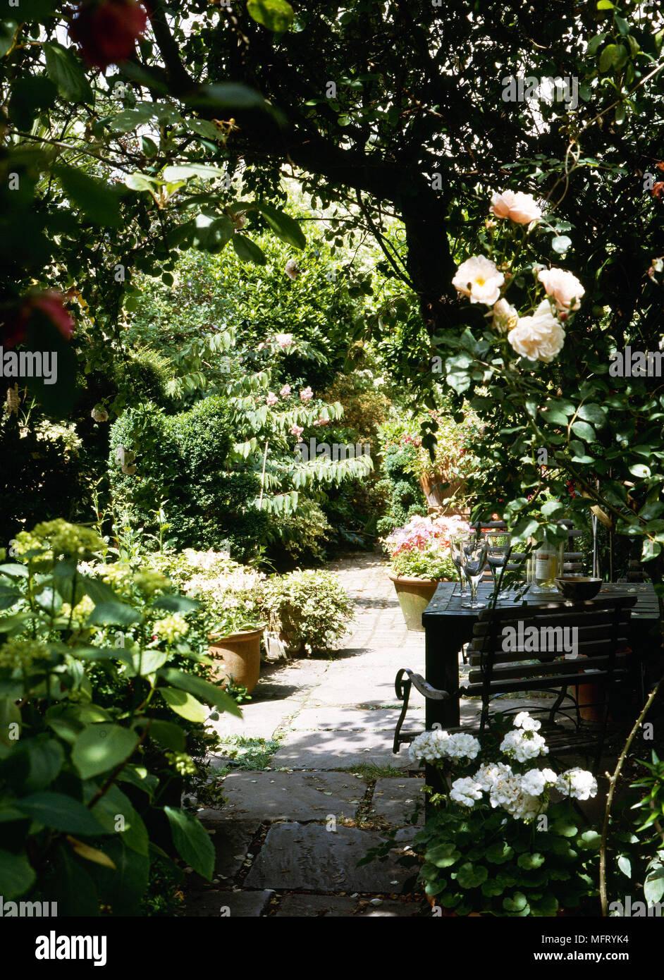 Garten Detail Gepflasterte Terrasse Aus Holz Tisch Stuhle Terracotta