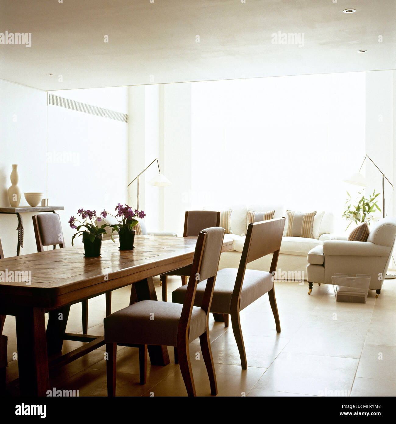 neutrale moderne wohnzimmer, moderne offene neutrale wohnzimmer essbereich holz tisch sessel, Ideen entwickeln