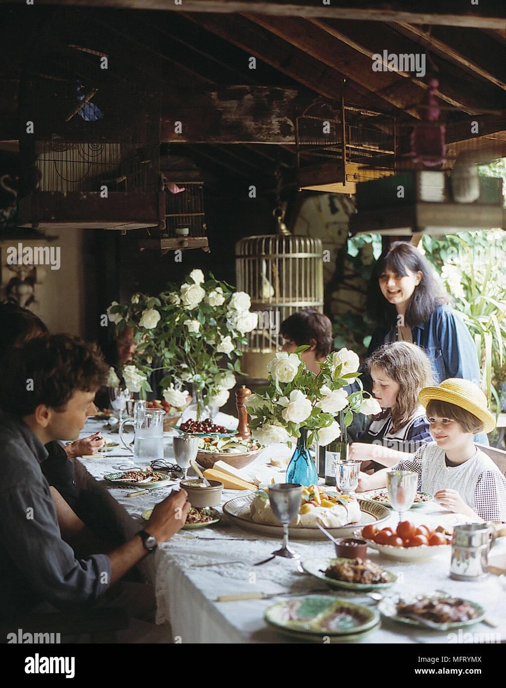 Die Menschen Essen Im Garten Tisch Im Sommer Haus Sammlung Von  Viktorianischen Vogelkäfige An Der Decke Tisch Essen Vasen Der Whi