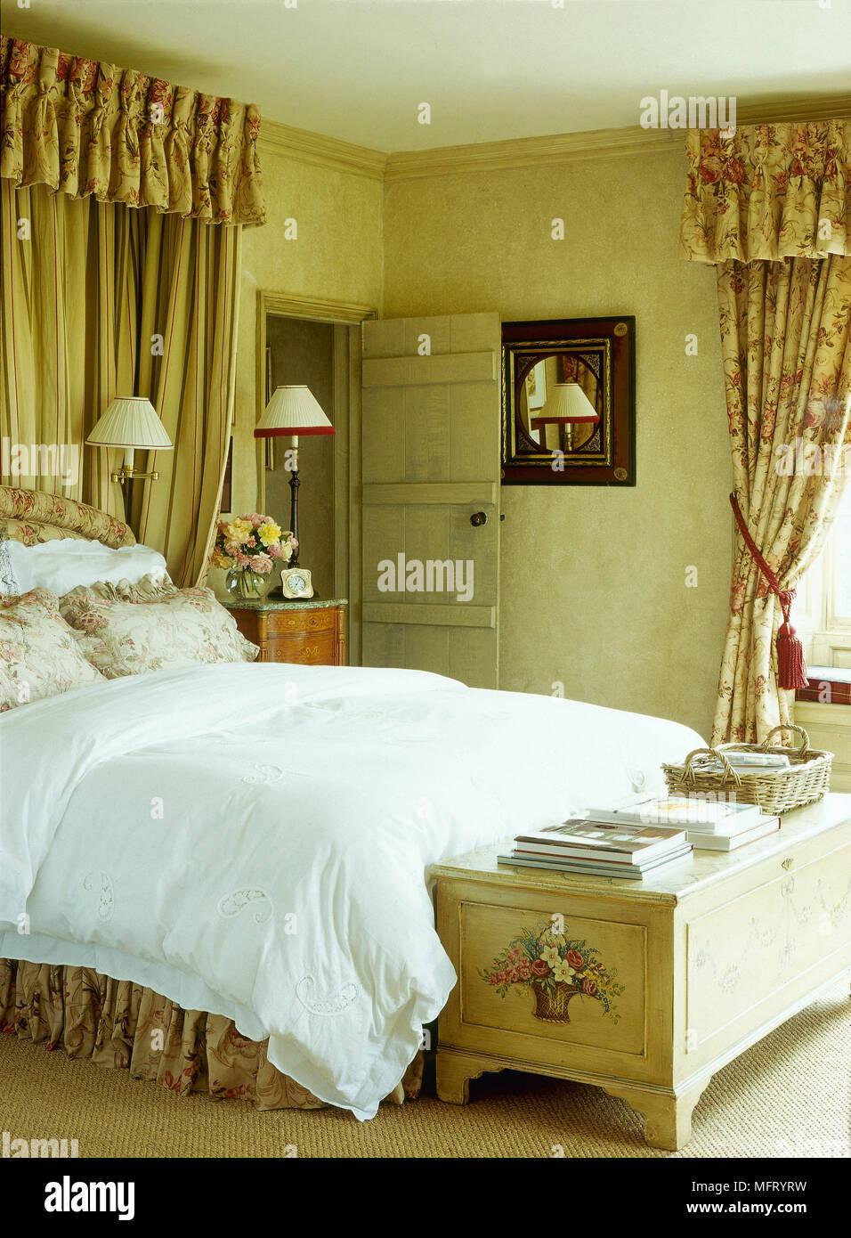 Traditionelle Land Schlafzimmer Bett Geblümten Vorhängen Aus Lackiertem Holz  Brust Interieur Schlafzimmer Betten Florals Muster Chintz Weichen Möbeln