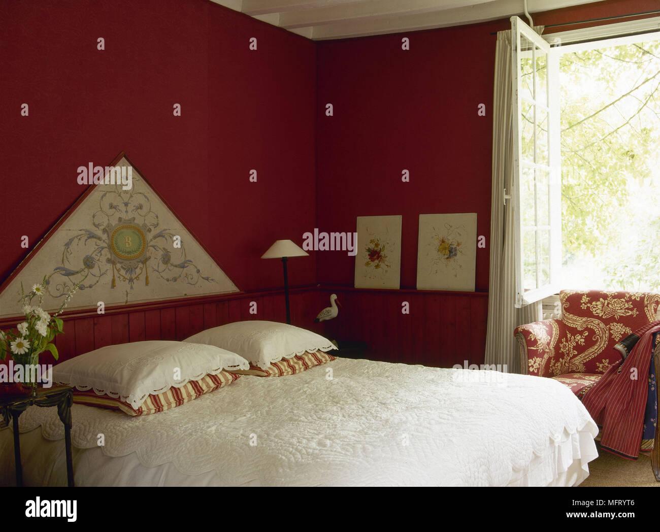 Traditionelles rotes Schlafzimmer Bett mit weißer Bettwäsche ...