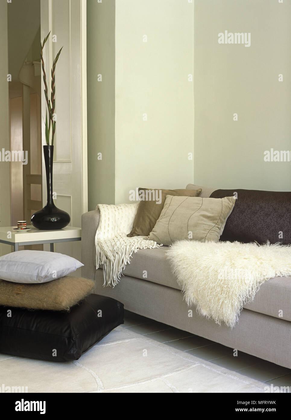 Kissen Auf Graue Sofa Weiter Tisch Mit Vase Seite Stockfoto Bild