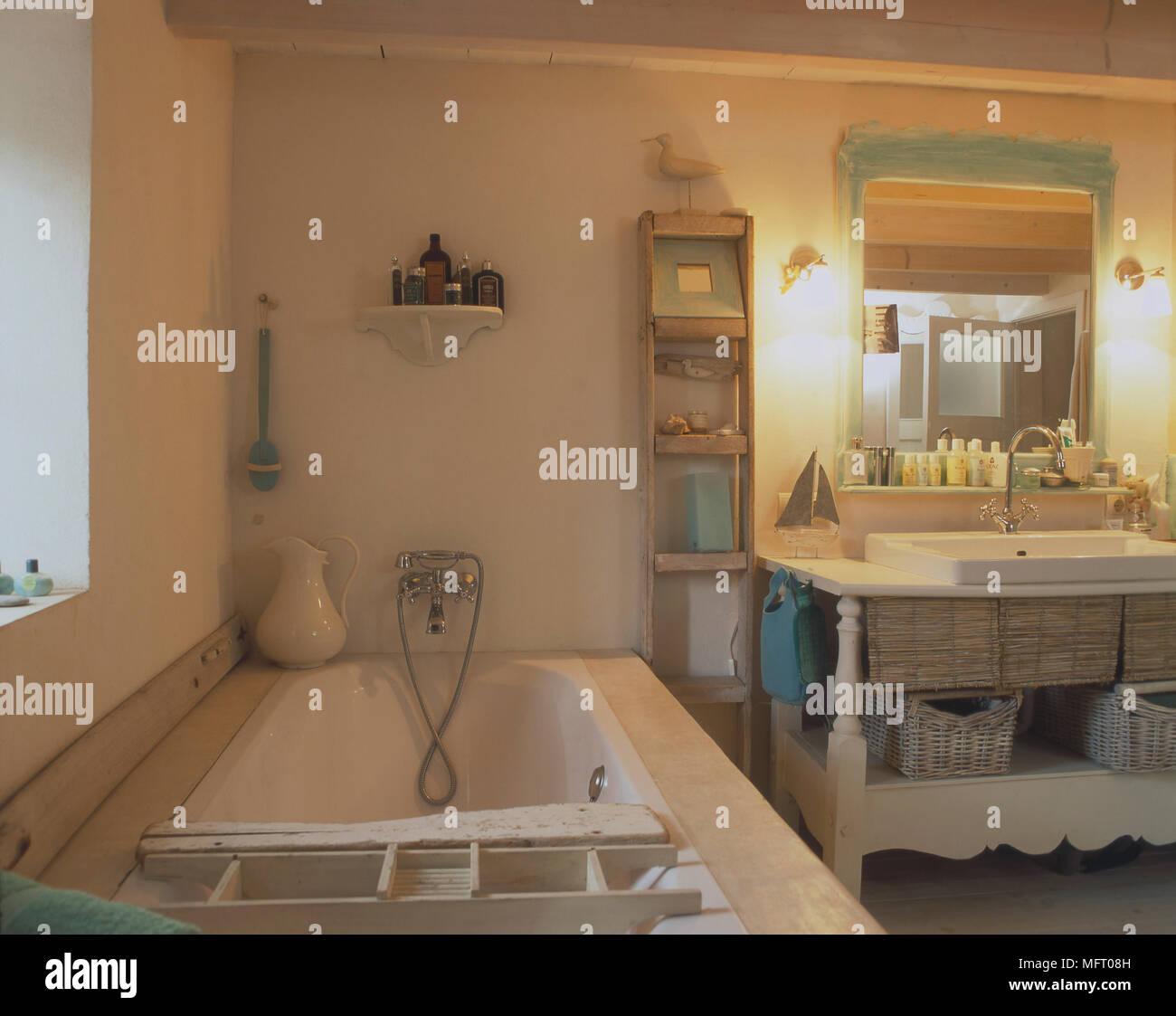 Waschbecken Waschtisch neben Badewanne im Landhausstil Badezimmer ...