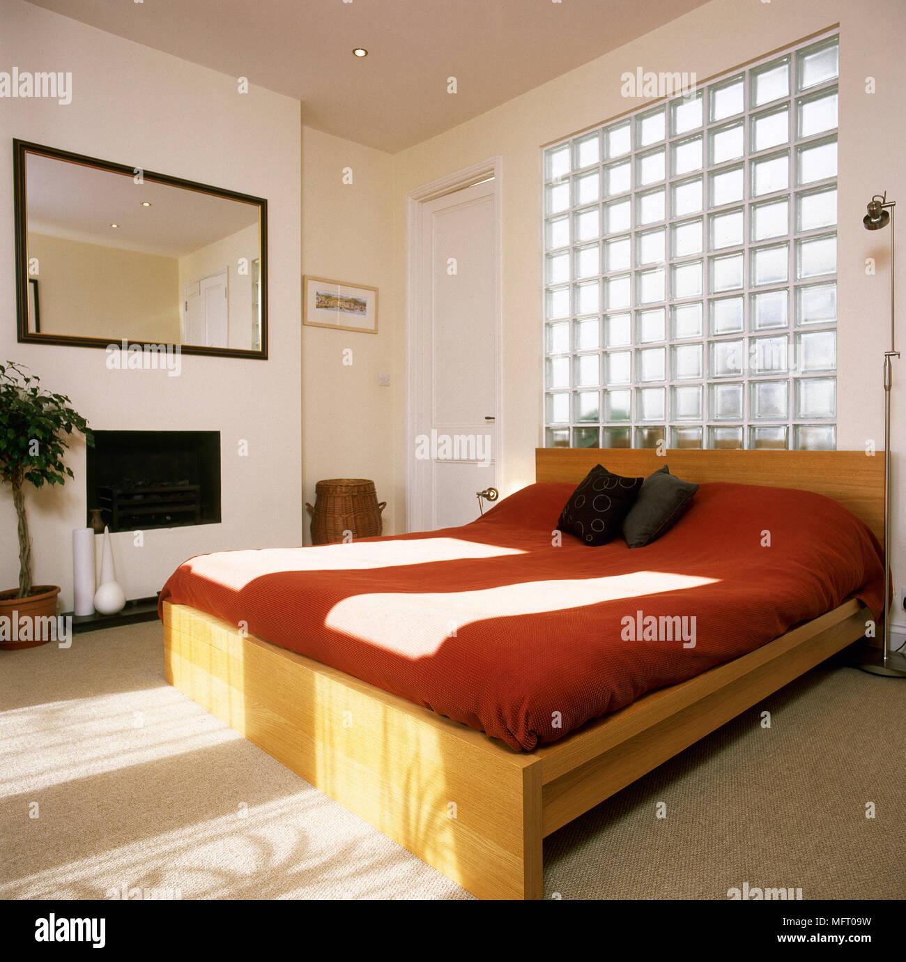 Weiß Schlafzimmer Mit Holz Französisches Bett Und Glas Block Wand
