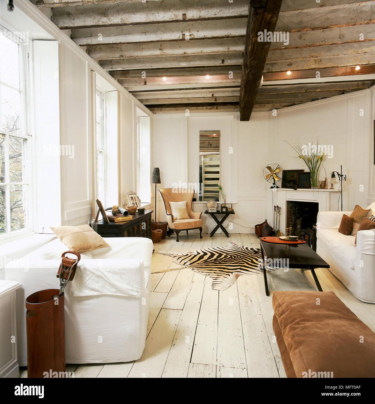 Landhausstil Wohnzimmer Mit Holzbalkendecke Ein Sofa Und Tierischer