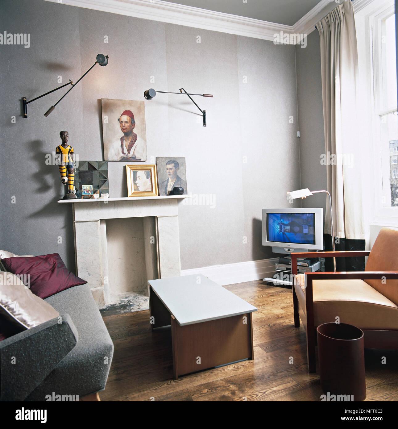 Wohnzimmer, graue Wände, Holzböden, Kamin, weiße Vorhänge, Sessel ...