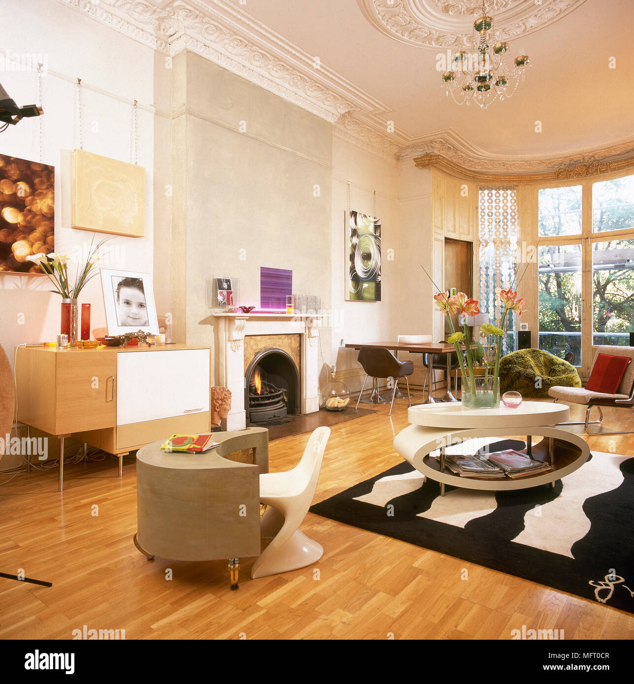 Eklektische Modernes Wohnzimmer Retro Möbel Kamin Holz Stockfoto