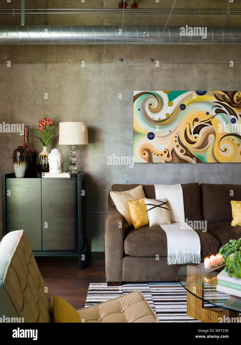 Lampe und anderen Elementen auf Schrank neben Braun Sofa in moderne ...