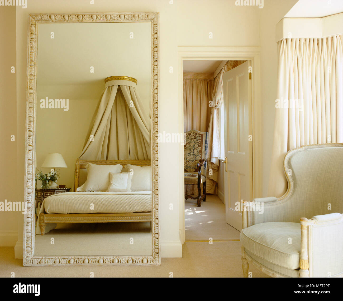 Ein Traditionelles Neutral Schlafzimmer Ein Ubergrosses Auf Dem