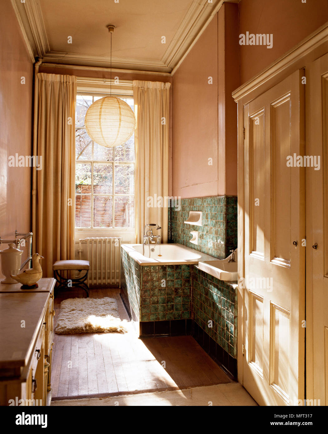 Traditionelle Badezimmer Badewanne In Fliesen Set Surround Vorhange