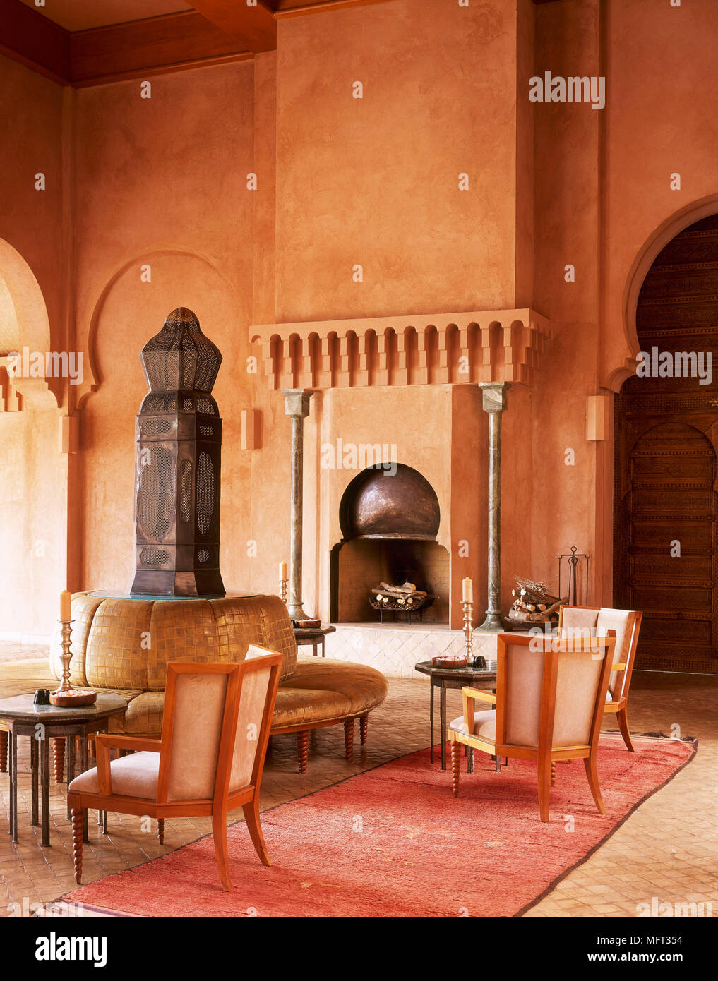 marokkanische terrakotta wohnzimmer kamin, sitzecke gepolsterte