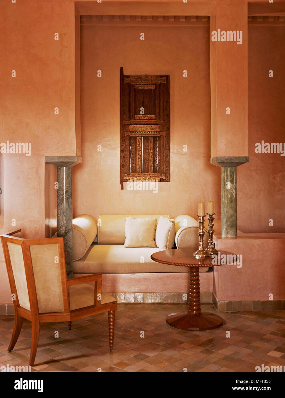 marokkanische terrakotta wohnzimmer detail sitzecke gepolstertem