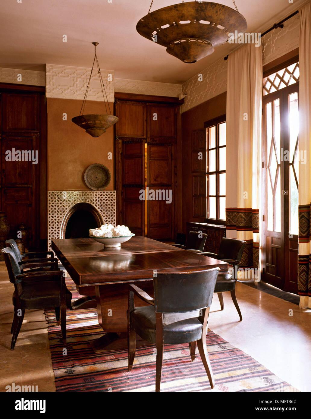 Marokkanische Hotel suite Speisesaal Holz Tisch Ledersessel ...