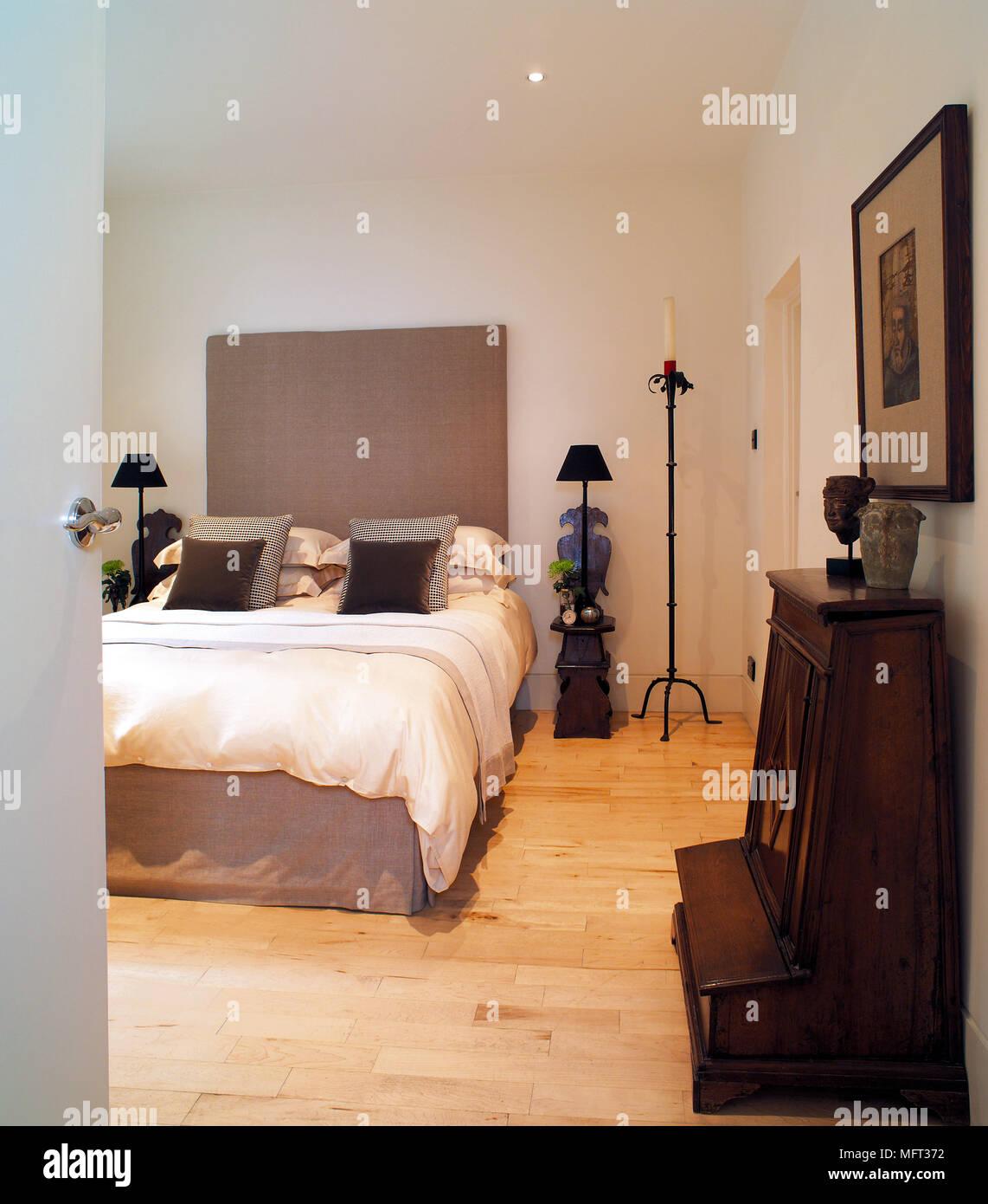 Modernes weißes Schlafzimmer Bett gepolstertes Kopfteil Holzfußboden ...