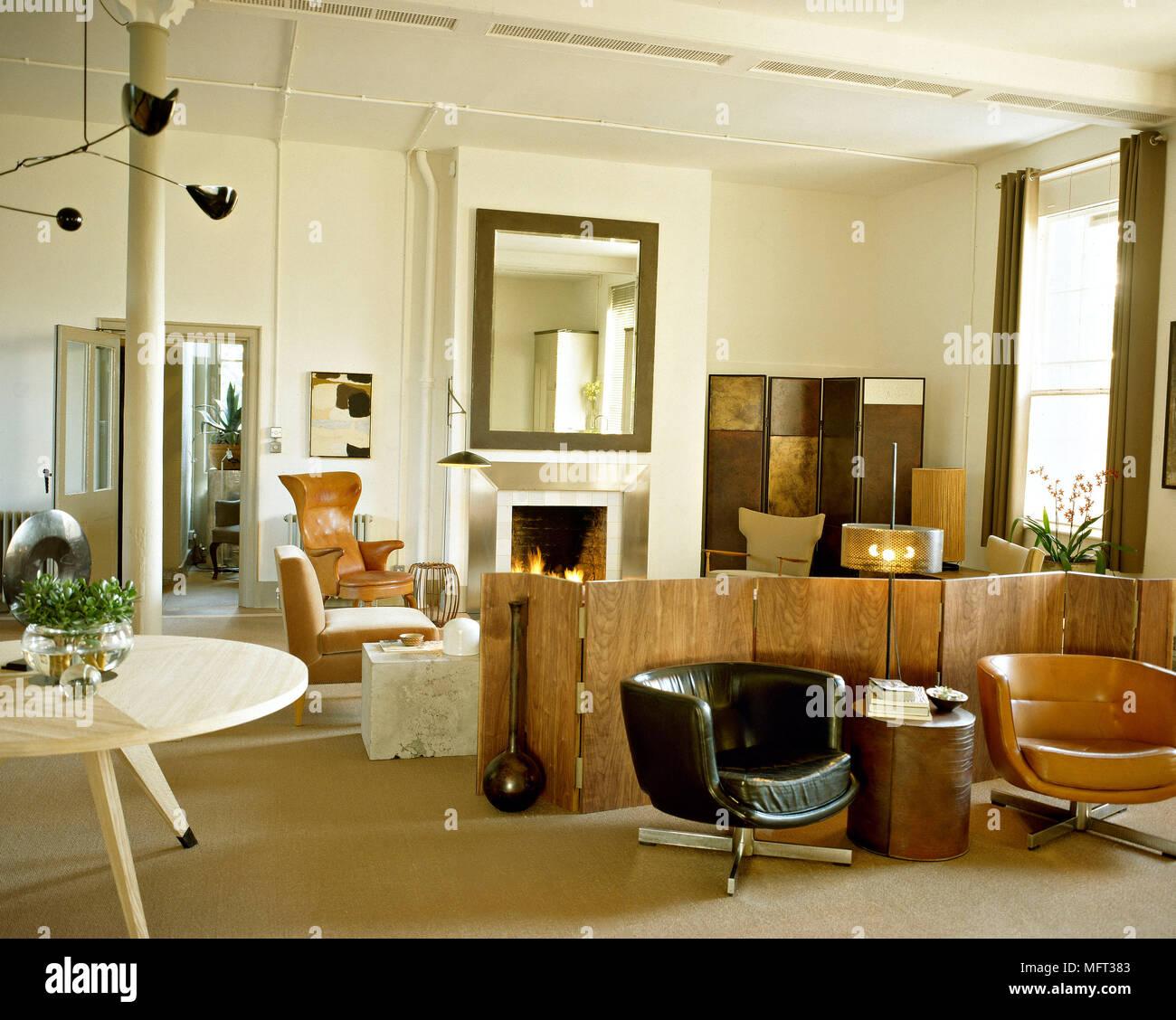 Moderne Wohnzimmer Kamin Falten Holz Braunen Ledersesseln