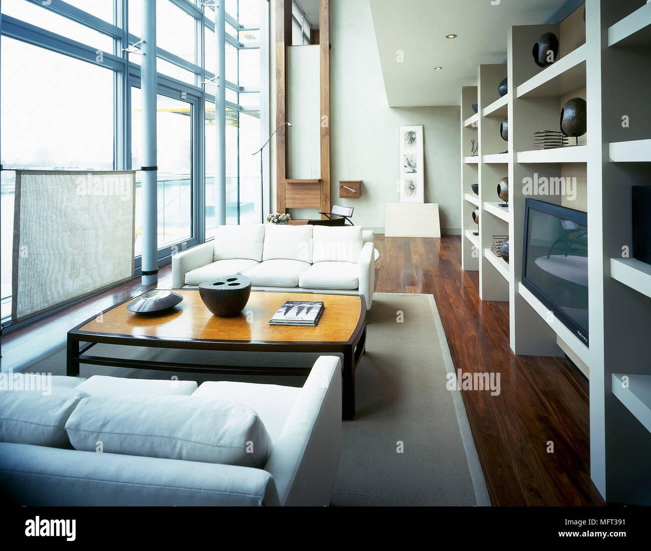 Moderne offene Wohnzimmer mit doppelter Höhe windows Regal neutral ...