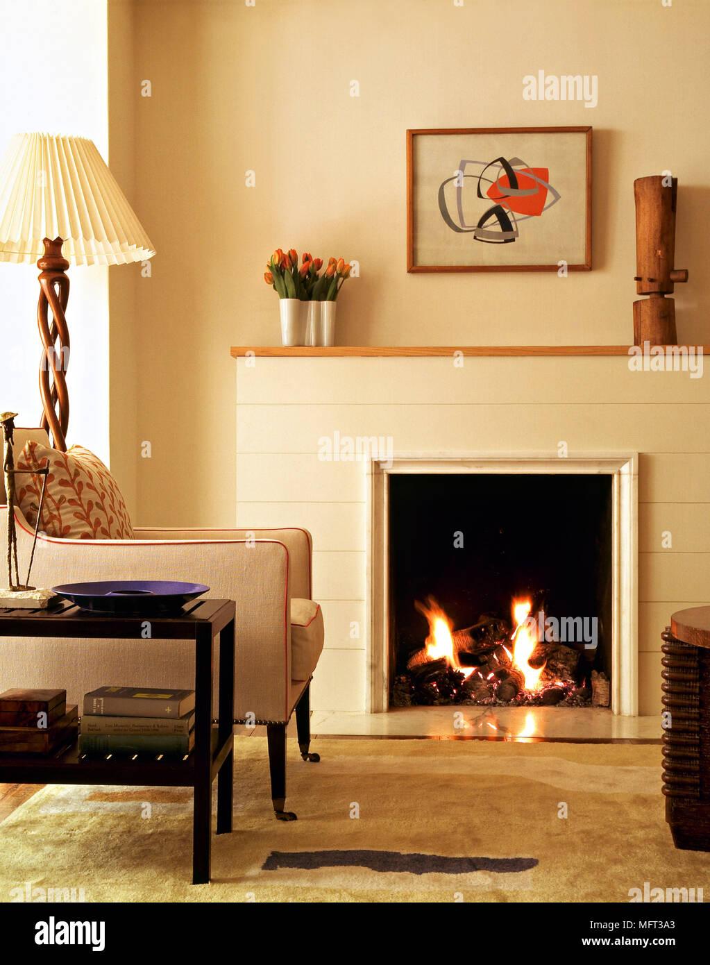 Schon Moderne Neutral Wohnzimmer Kamin Feuer Gepolstertem Sessel Beistelltisch  Offener Standard Lampe Innenräume Zimmer Kamine Retro Möbel Feuer