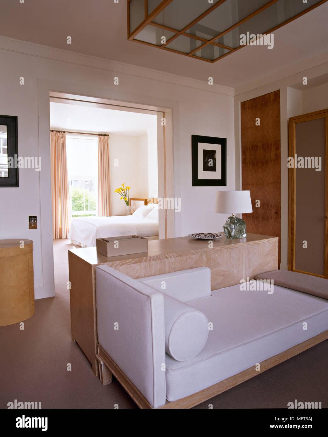 Moderne neutral Ankleidezimmer gepolsterten Liege Blick in ...
