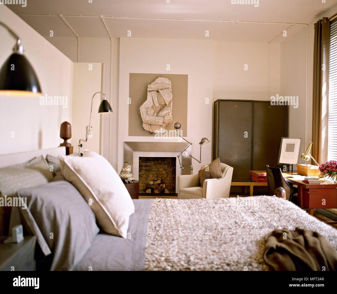 Moderne Neutral Schlafzimmer Bett Aus Holz Strukturierte Abdeckung Kamin  Metall Surround Schreibtischstuhl Interieur Schlafzimmer Betten Moderne  Männliche ...