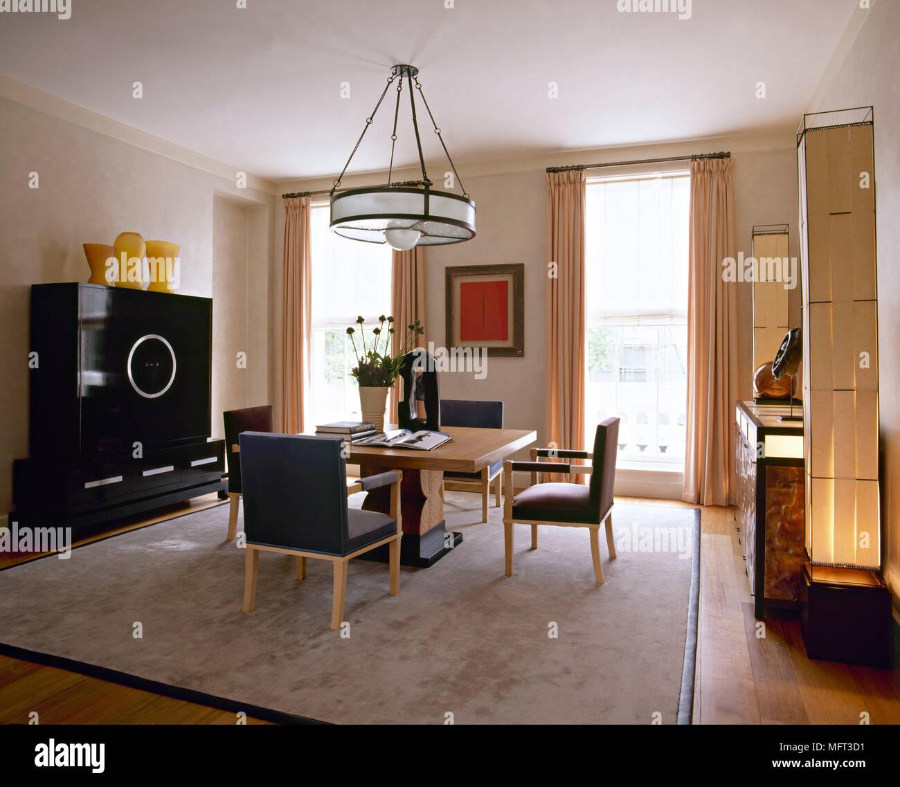Moderne Esszimmer Holz Tisch Gepolsterte Stuhle Teppich Vorhange