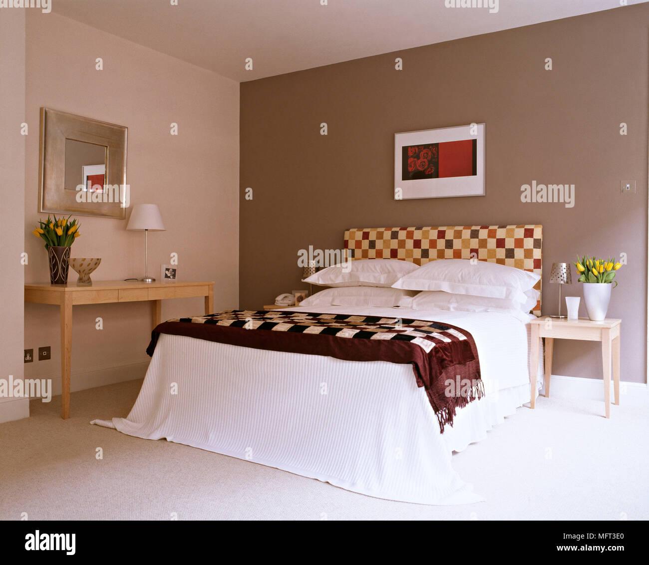 Moderne braun Schlafzimmer Bett gepolstertes Kopfteil Beistelltisch ...