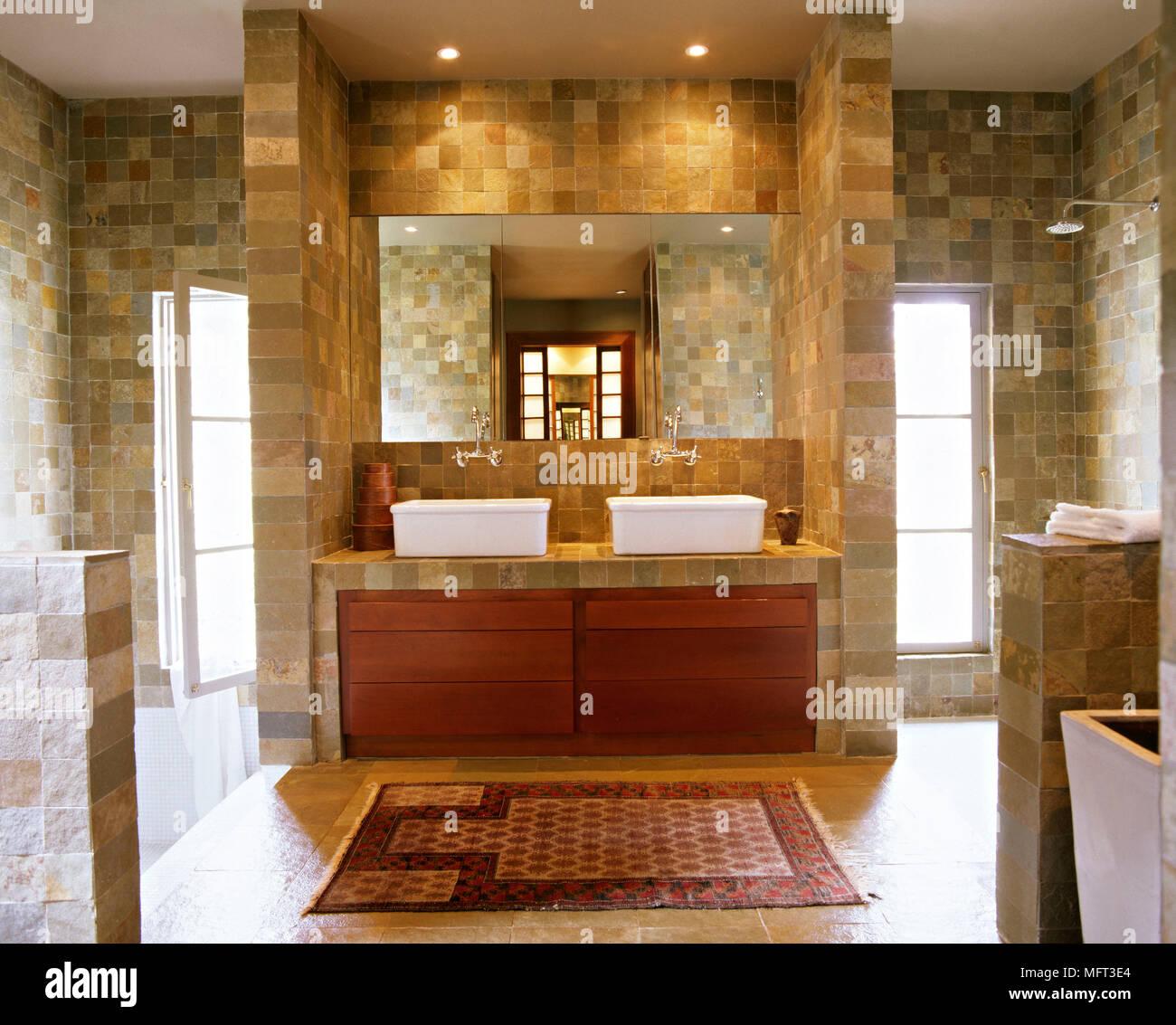 Modernes Badezimmer Gefliesten Wanden Zwei Waschbecken Auf