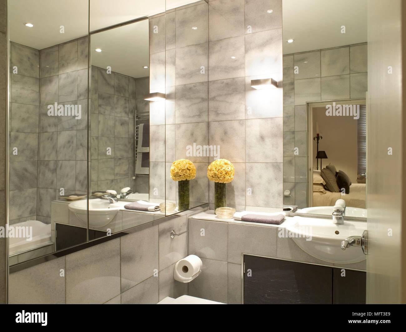 Modernes Badezimmer Detail Fliesen Waschbecken In Einheit Spiegel Wände  Interieur Bäder Neutral Kühle Farben Waschbecken Set