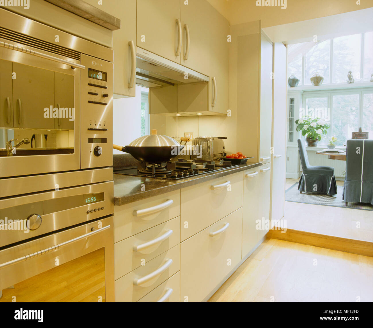 Fesselnd Küche Blick Ins Esszimmer Creme Schränke Kochplatte Wok Tisch Und Stühlen  Innenräume Zimmer Die Küchen Moderne Edelstahl Holzboden Windows Toa