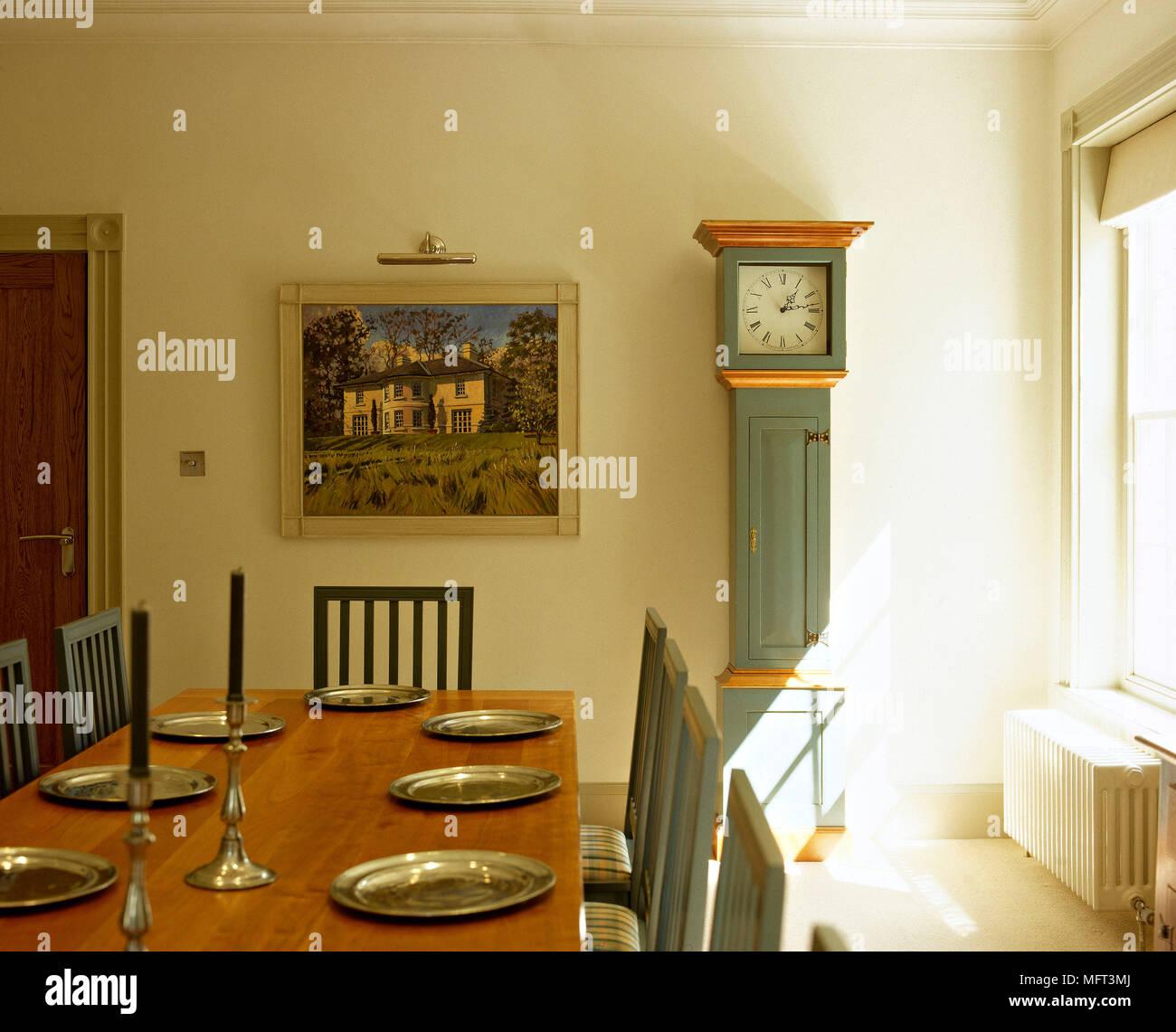 Land Gelb Esszimmer Detail Holz Tisch Lackiert Stühle Standuhr Innenräume  Zimmer Möbel Leichte Frische Sonnig