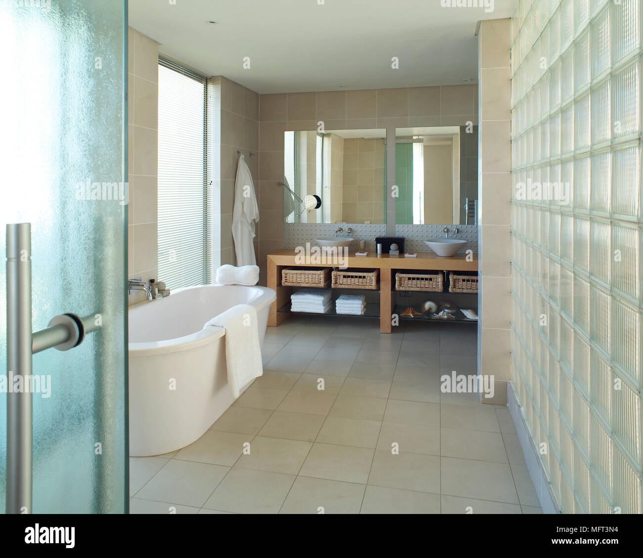 Ein modernes Badezimmer mit freistehender Badewanne 2 ...