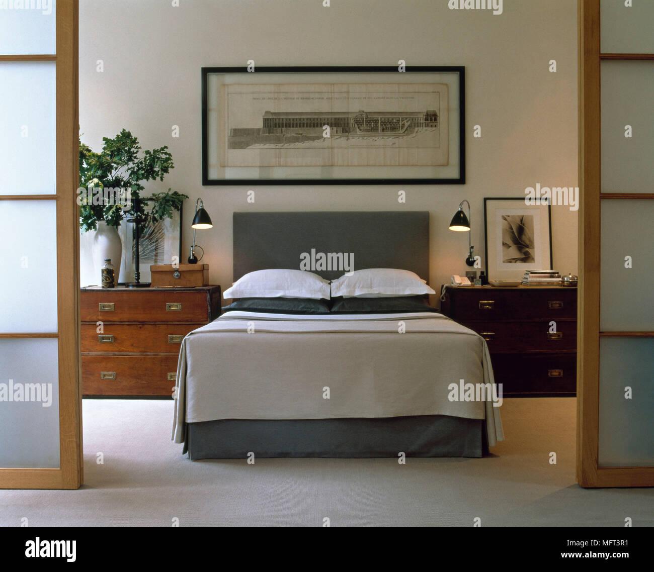 Schlafzimmer mit Schiebetüren im japanischen Stil mit weißen Wänden ...