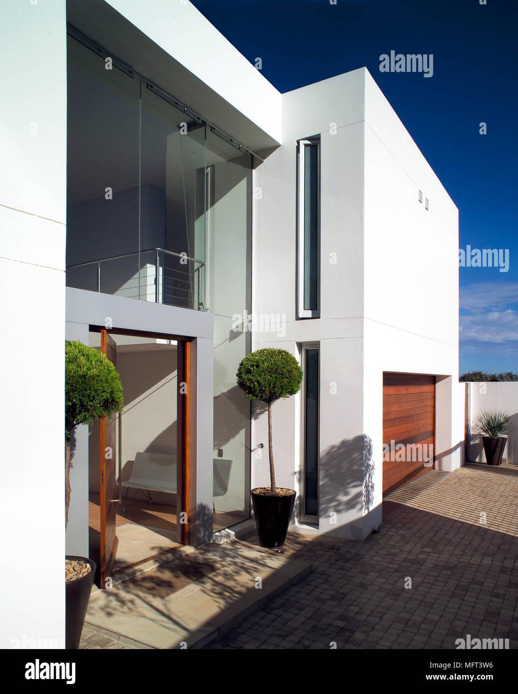 Eine von außen ein modernes, weiß getünchtes Haus mit integrierter ...