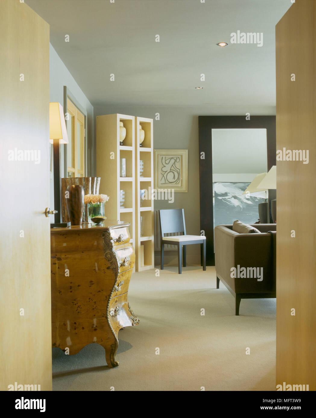 Ein Blick Durch Die Offenen Flugelturen In Moderne Wohnzimmer