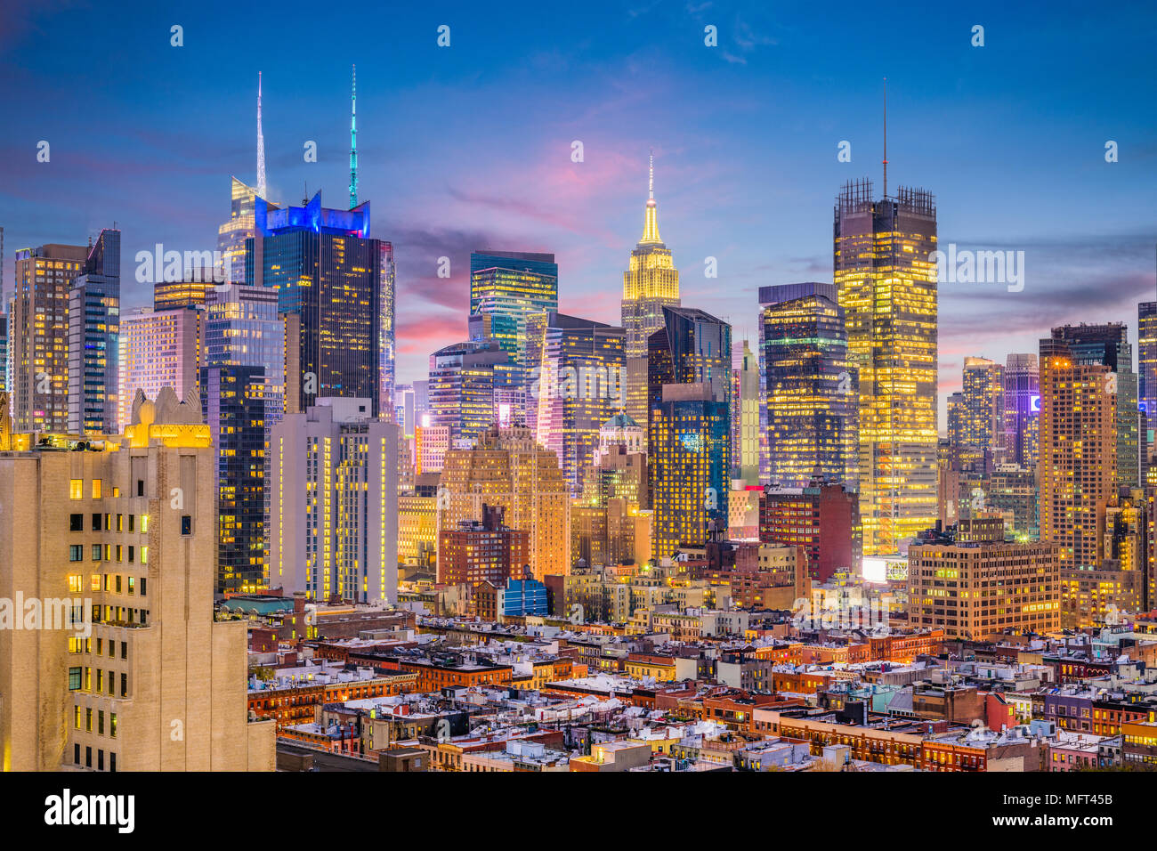 New York, New York, USA Midtown Manhattan Skyline von Hell's Kitchen am Abend. Stockbild