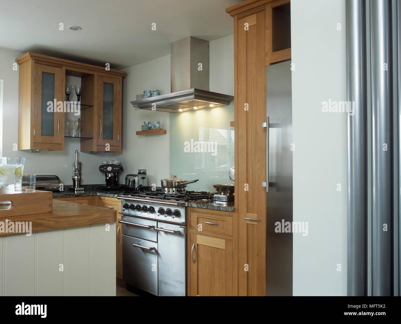Ein Detail einer modernen Küche mit Holz- und Küchengeräte aus ...