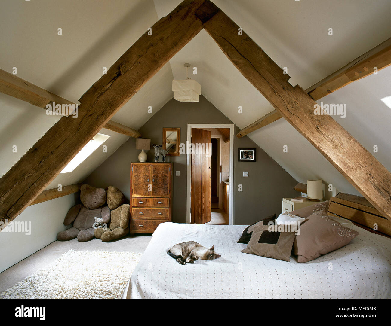 Schlafzimmer im Dachgeschoss mit sichtbaren Deckenbalken Stockfoto ...