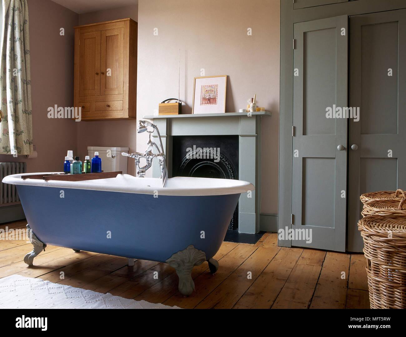 Badezimmer Mit Holzfußboden ~ Freistehende badewanne im badezimmer mit grün lackierten