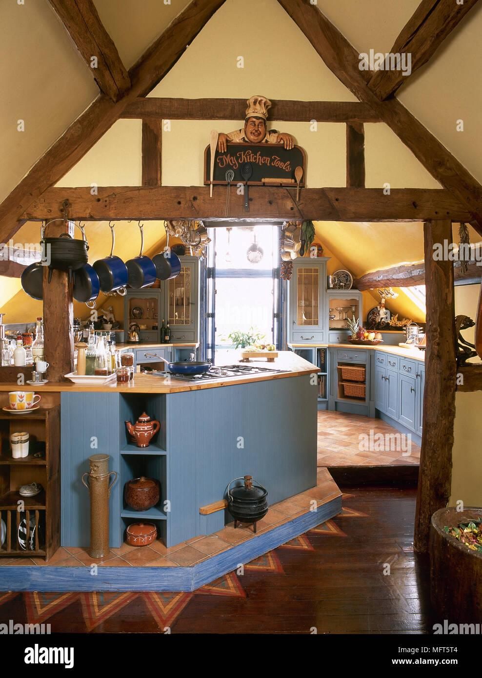 Blau Holzgetafelten Kuche Workbench In Gelb Lackiert Scheune Mit