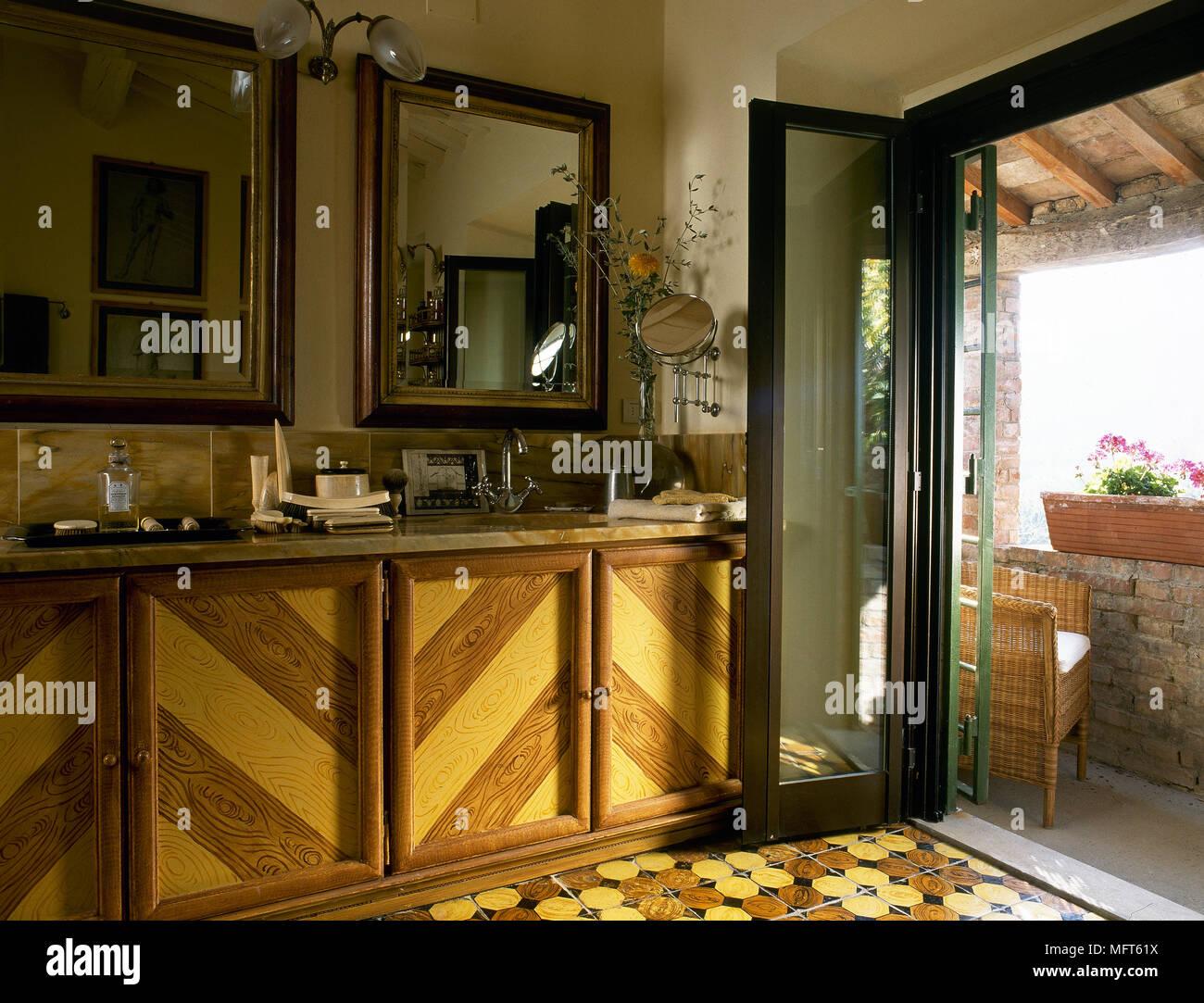 Landhausstil Badezimmer mit Waschbecken aus Holz Schrank ...