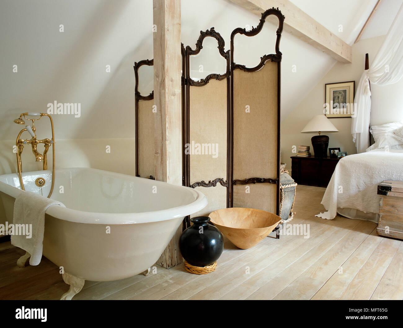 freistehende badewanne schlafzimmer, freistehende badewanne neben dressing bildschirm im landhausstil, Design ideen