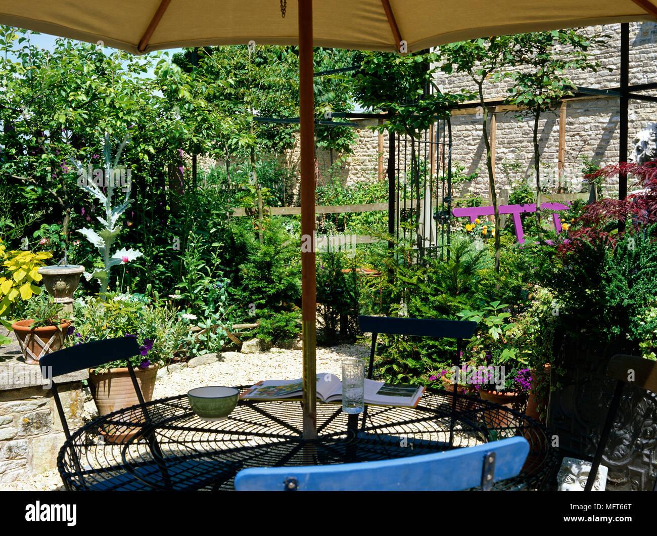 Tisch Stuhlen Und Sonnenschirm Auf Der Terrasse Der Stadt Garten