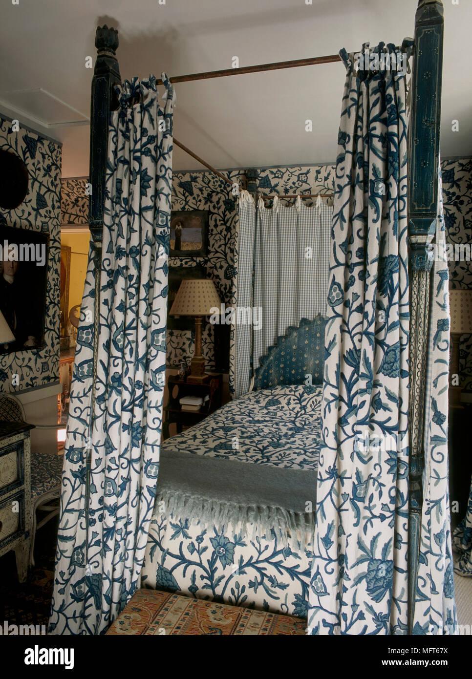 blaues schlafzimmer mit muster tapete und koordinierte bezge auf himmelbett mit vorhngen - Muster Tapete Schlafzimmer