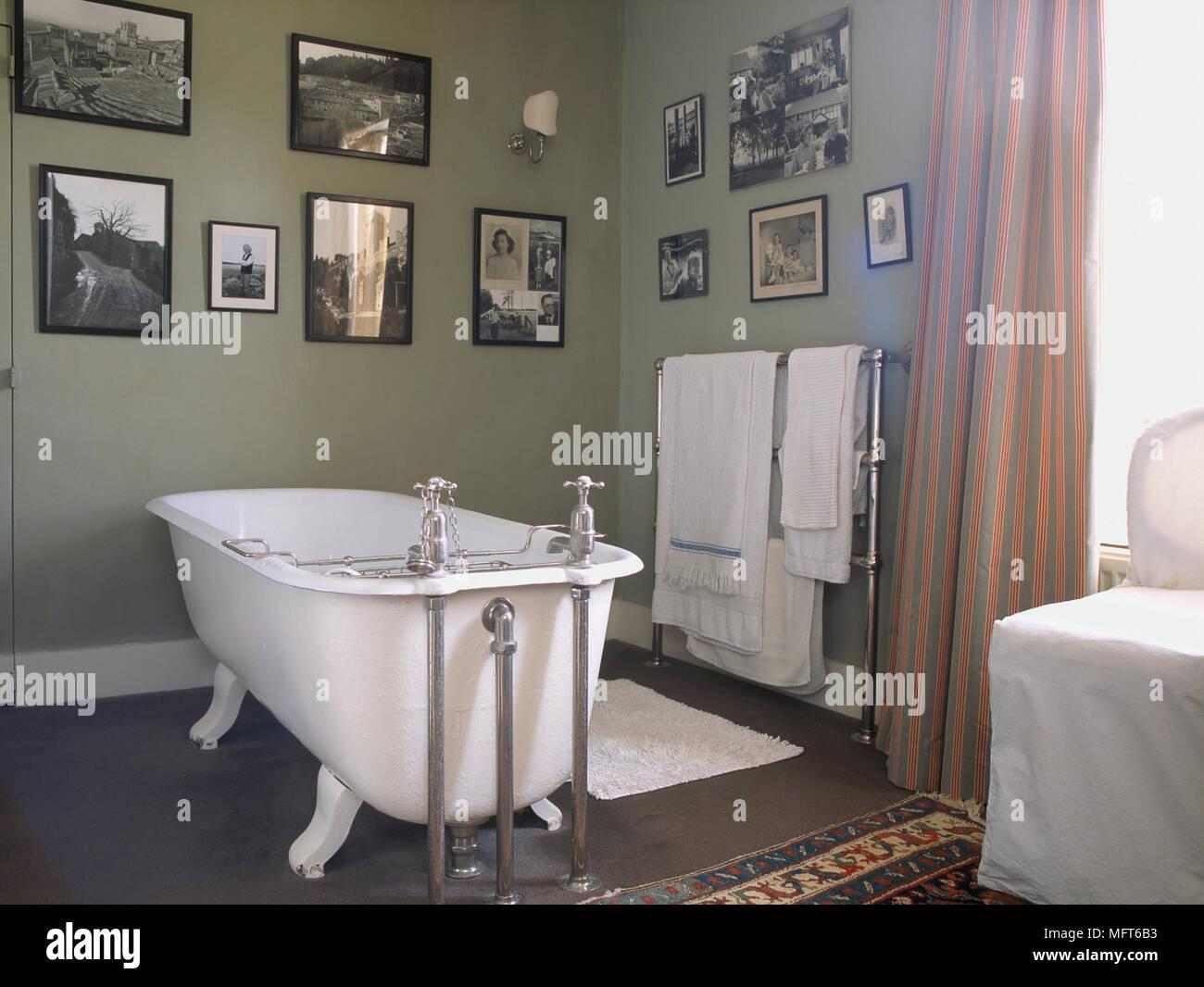 Hochwertig Ein Traditionelles, Grüne Badezimmer Mit Einer Freistehenden Badewanne Mit  Whirlpool, Muster, Vorhänge, Eine Sammlung Von Fotografien An Der Wand