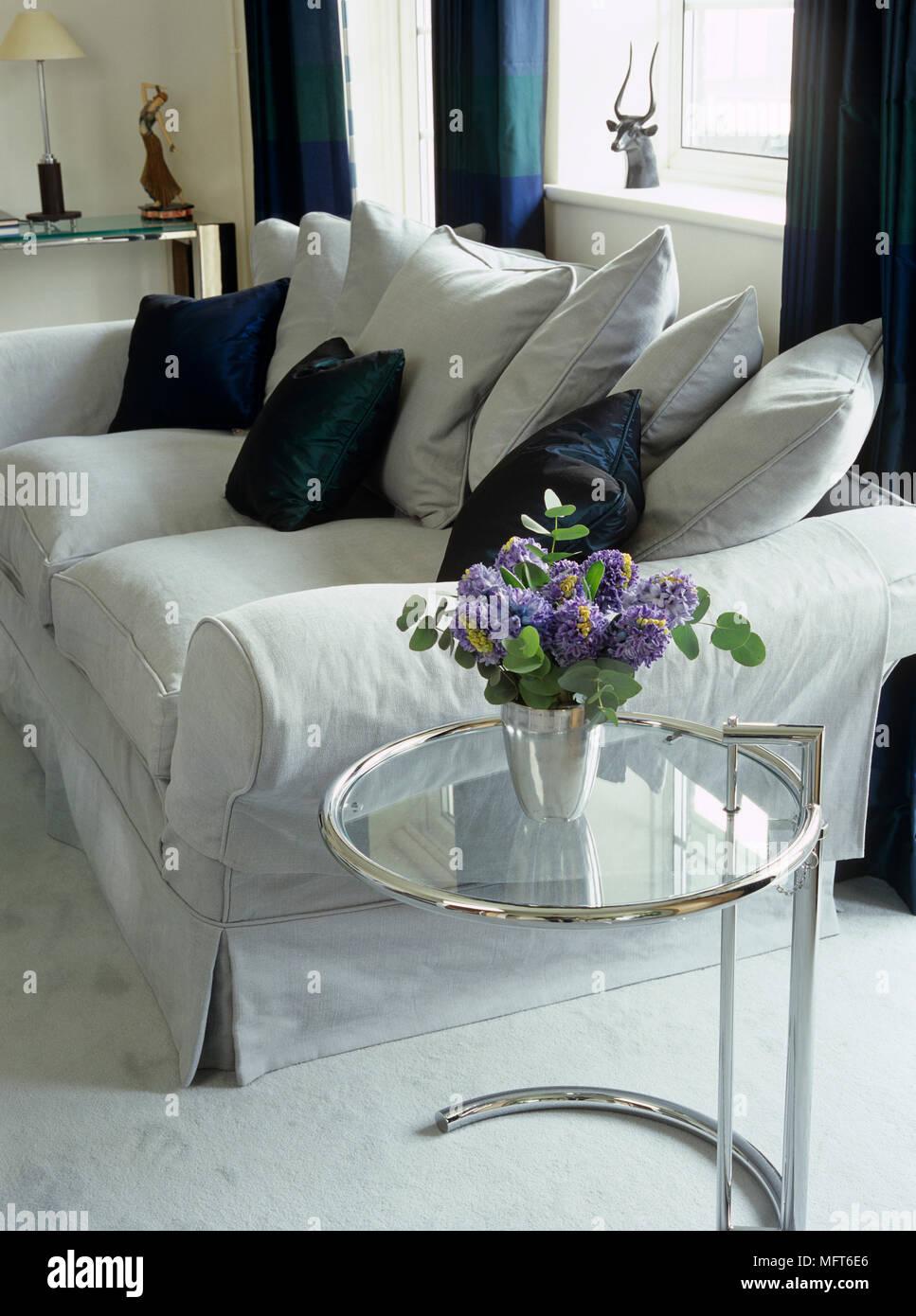 Wohnzimmer Mit Sofa Und Dunklen Blau Kissen Und Vorhänge, Und Eileen Gray  Chrome Tabelle